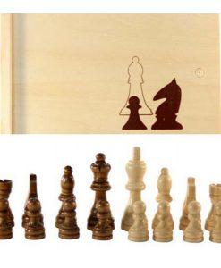 Фигурки за шах в дървена кутия