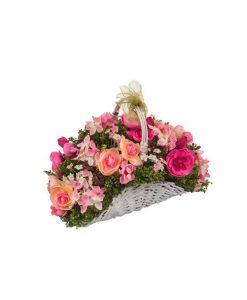 Изкуствени цветя в кошничка