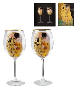 Целувката чаши за червено вино