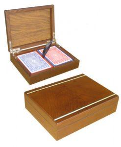Дървена кутия с покер карти