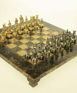 Луксозен ръчно изработен шах със златни и кафяви полета със кафяво окантяване. Дъската е изработена от месинг. Размера е 20*20 см.